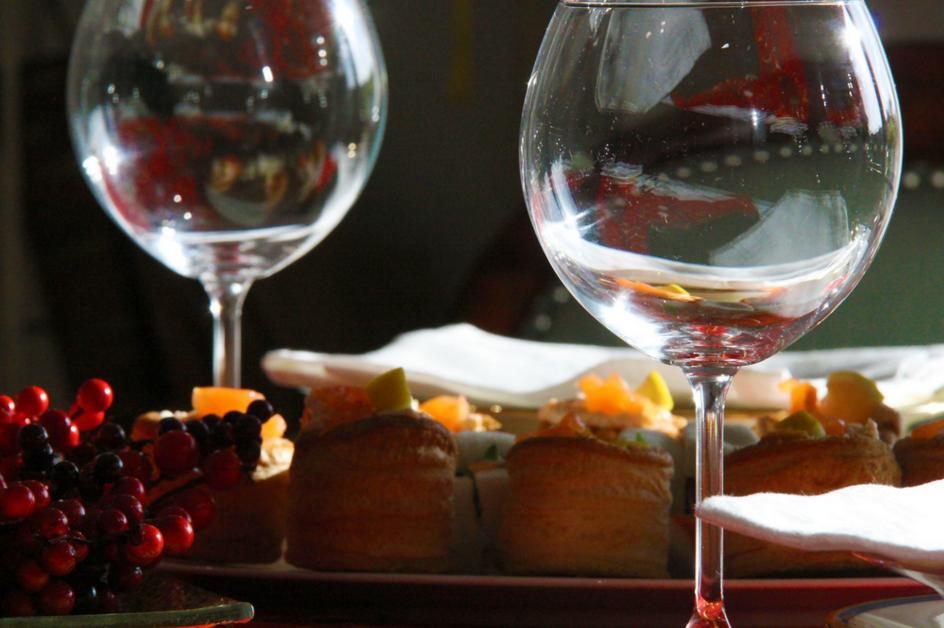 Galateo bicchieri a tavola come disporli secondo le regole - Disposizione bicchieri a tavola ...